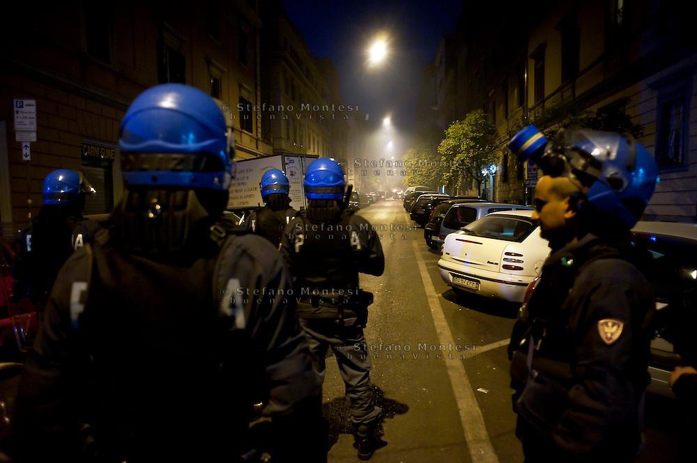 Roma  15 Ottobre 2011.Manifestazione contro la crisi e l'austerità.Scontri tra manifestanti e forze dell'ordine.Le forze dell'ordine in Via macchiavelli sullo sfondo una barricata  data alle fiamme dai manifestanti.