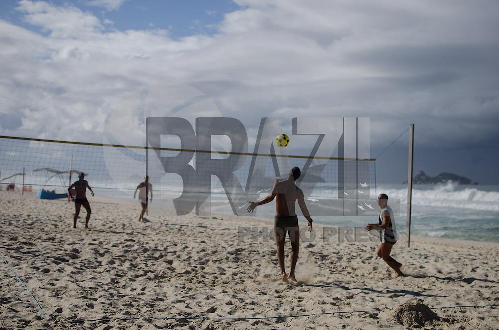 RIO DE JANEIRO, RJ, 27.04.2014 - CLIMA TEMPO - RIO DE JANEIRO Movimentacao na praia da Barra da Tijuca ,zona oeste neste de domingo. (Foto:Tércio Teixeira /Brazil Photo Press).