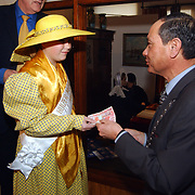 Overhandiging eerste Euro kit aan burgemeester Jos Verdier, burgemeester verkoopt 1e euro's aan het Huizer Melkmeisje