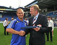 30-08-2008 VOETBAL:AUDAX JEUGDTOERNOOI 2008:TILBURG<br /> Chelsea ontvangt van voorzitter Hans Verbunt een aandenken aan het toernooi<br /> Foto: Geert van Erven