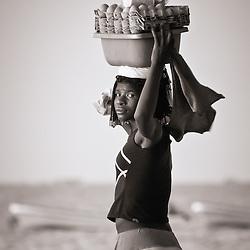 Uma senhora a vender ovos fervidos com gindungo nas praias do Mussulo perto de Luanda. Angola