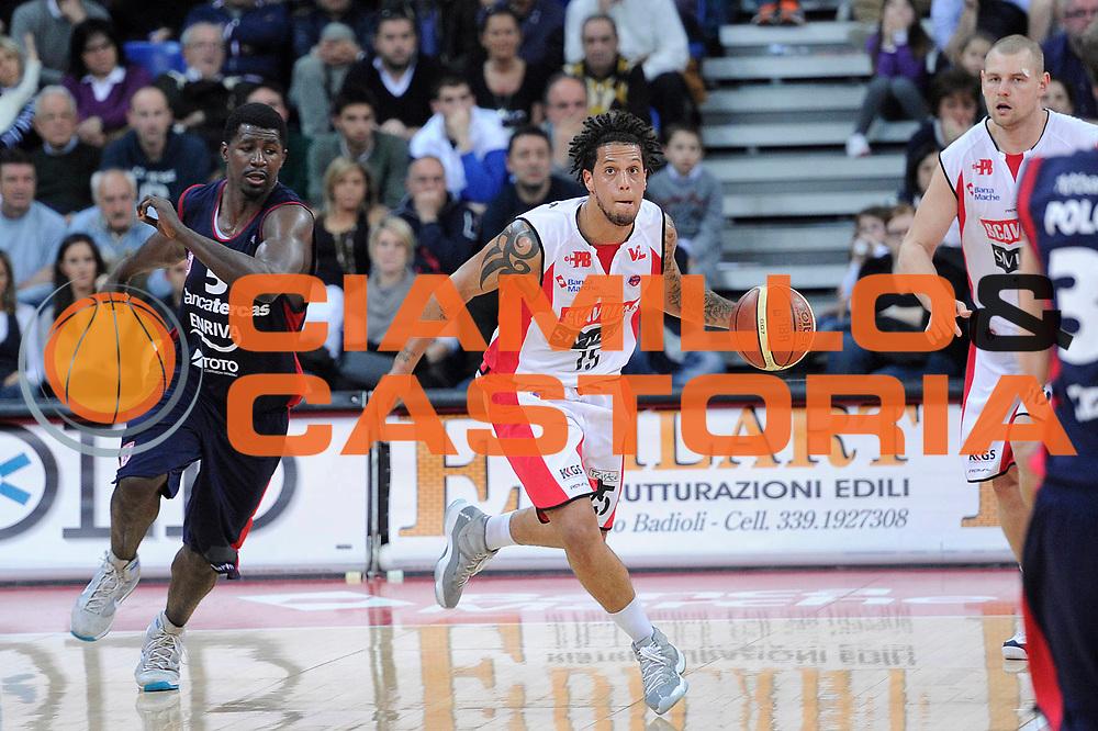 DESCRIZIONE : Pesaro Lega A 2011-12 Scavolini Siviglia Pesaro Banca Tercas Teramo<br /> GIOCATORE : Daniel Hackett<br /> CATEGORIA : palleggio<br /> SQUADRA : Scavolini Siviglia Pesaro<br /> EVENTO : Campionato Lega A 2011-2012<br /> GARA : Scavolini Siviglia Pesaro Banca Tercas Teramo<br /> DATA : 25/03/2012<br /> SPORT : Pallacanestro<br /> AUTORE : Agenzia Ciamillo-Castoria/C.De Massis<br /> Galleria : Lega Basket A 2011-2012<br /> Fotonotizia : Pesaro Lega A 2011-12 Scavolini Siviglia Pesaro Banca Tercas Teramo<br /> Predefinita :
