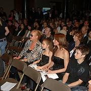NLD/Amsterdam/20060419 - Kunstveiling Art for Dreams ten bate van Childright, Viola Holt, Mikkie en Mariscka Hulscher