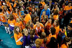 15-10-2010 VOLLEYBAL: DELA TROPHY NEDERLAND - CUBA: EINDHOVEN<br /> In een volgepakt Indoor Sportcentrum wint Nederland de derde wedstrijd tegen Cuba met 3-2 /Francien Huurman met veel fans om haar heen<br /> &copy;2010-WWW.FOTOHOOGENDOORN.NL