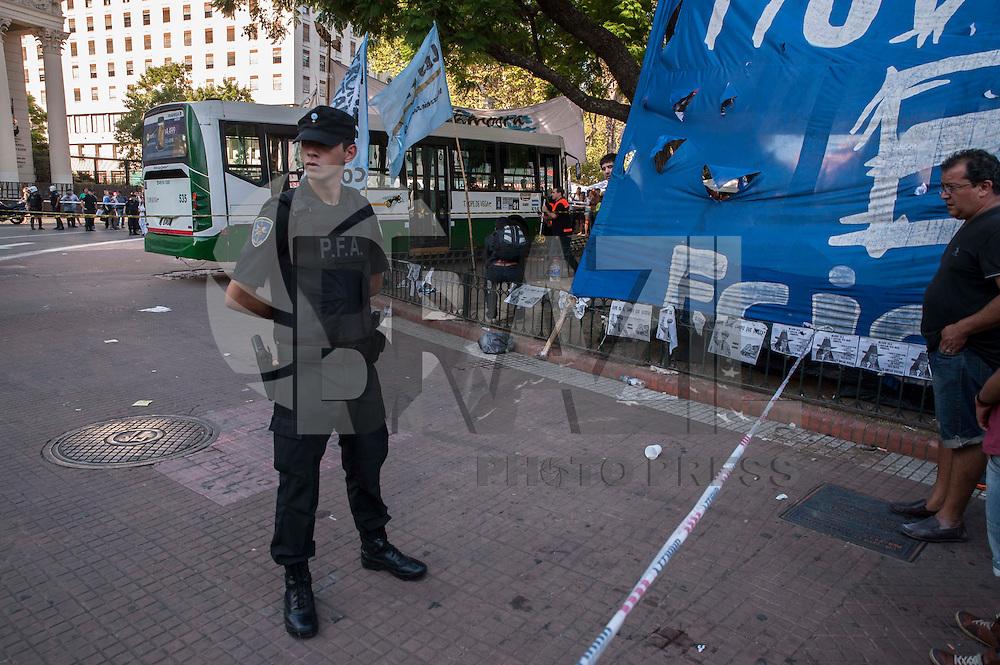 BUENOS AIRES, ARGENTINA - 04.02.2016: ACIDENTE-ARGENTINA - O motorista de um ônibus perdeu o controle do veículo e se envolvei em um acidente na Praça de Mayo, em Buenos Aires, deixando 7 pessoas feridas, nesta quinta-feira (04). Algumas delas, manifestantes acampados exigindo a liberdade de ativista social Milagro Sala. Todos os feridos foram socorridos e estão fora de perigo. (Foto: Patricio Murphy/Brazil Photo Press)
