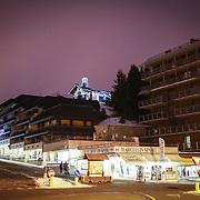 Sestriere fa parte della Via Lattea , un comprensorio sciistico internazionale formato da 5 località piemontesi: Sauze d'Oulx, Sansicario, Cesana e Claviere e dalla francese Montgenèvre..Sorge a 2035 metri sul colle omonimo a cavallo della Val Chisone e della Valle di Susa