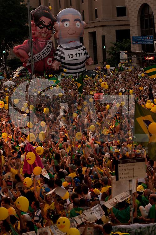 SÃO PAULO, SP, 17.04.2016 - PROTESTO-SP - Manifestantes a favor do impeachment da presidente Dilma Rousseff acompanham votação do processo realizada na Câmara dos Deputados, em Brasília, em telão instalado na Avenida Paulista, em São Paulo, na tarde deste domingo, 17. (Foto: Gabriel Soares/Brazil Photo Press)