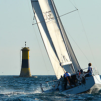 SailEazy et le Sycom (Sunlight Yacht Club of Malmousque) s'associent et vous proposent une formule inédite de challenge sportif sur des voiliers en libre-service !<br /> Le challenge Sunlight Islands' Cup permet désormais, avec la flotte SailEazy, de se mesurer aux plus grands sur un même parcours, et de manière perpétuelle (welcome !)…<br /> Ces deux idées novatrices rassemblent les sens du partage, de la rencontre et de la découverte.<br /> SailEazy, c'est « le voilier qui vous plaît, en libre-service, toute l'année, y compris pour quelques heures de navigation ! » Ce système de « Voilib' » est accessible par abonnement après validation de votre autonomie de chef de bord par SailEazy (manœuvres au port, prises de ris, mouillages, etc.). Une fois abonné, réservez votre voilier sur la plateforme dédiée (www.saileazy.com),