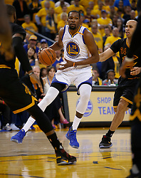 The Golden State Warriors' Kevin Durant (35) looks to pass against the Cleveland Cavaliers in the second quarter of Game 5 of the NBA Finals at Oracle Arena in Oakland, Calif., on Monday, June 12, 2017. (Photo by Nhat V. Meyer/Bay Area News Group/TNS) *** Please Use Credit from Credit Field ***