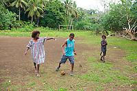 FUSSBALL    FEATURE    SUEDSEE    21.07.2008 In einem kleinen Dorf auf Efate, der Hauptinsel des Suedseestaates Vanuatu spielen Kinder Fussball mit einer Kokusnuss, auf einem verwunschenen Platz. Die Kokusnuss ist bekannt fuer ihre vielseitige Verwendbarkeit.  Aus dem Holz lassen sich Moebel herstellen, der Saft ist trinkbar, man kann daraus Feutigkeitscreme machen, aber auch Oel, die Kokusfaser wird verwendet als Stofffaser in der Autoindustire, und man kann mit ihr Fussball spielen.