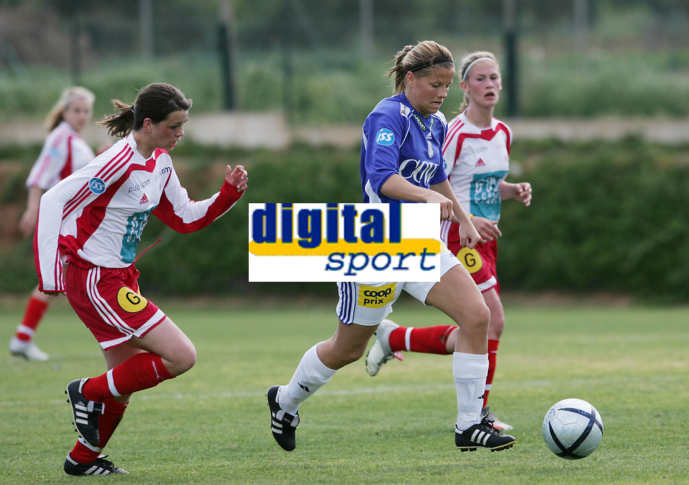 Marie Knutsen, Kattem. Tina Wulf, Sandviken. Treningskamp, fotball. Kattem - Sandviken, 6. april 2005. La Manga 2005. (Foto: Peter Tubaas/Digitalsport).