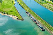 Nederland, Utrecht, Hagestein, 13-05-2019; stuw in de rivier de Lek, dient om het waterpeil in de rivier te reguleren en het scheepvaartverkeer mogelijk te maken. Het gehele stuwcomplex wordt gerenoveerd. Op de foto dekschuiten met de oude en nieuwe schuiven.<br /> Weir in the river Lek, regulates and manages the water level. The complex is being renovated, the visor slides are being replaced.<br /> luchtfoto (toeslag op standard tarieven);<br /> aerial photo (additional fee required);<br /> copyright foto/photo Siebe Swart