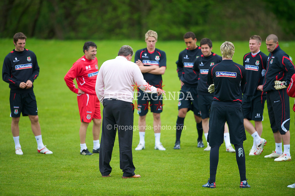 CARDIFF, WALES - Wednesday, May 19, 2010: Wales' manager John Toshack MBE talks to his squad during a training session at the Vale of Glamorgan Hotel ahead of the International Friendly match against Croatia. (Pic by David Rawcliffe/Propaganda)