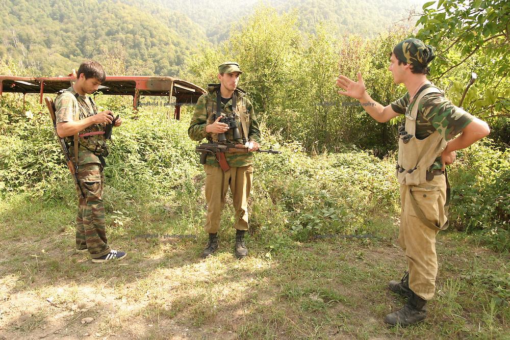 Georgien/Abchasien, Suchumi, 2006-08-28, Abchasische Soldaten auf Patrouille im zwischen Abchasen und Georgiern umkämpften Kodorital . Abchasien erklärte sich 1992 unabhängig von Georgien. Nach einem einjährigen blutigen Krieg zwischen den Abchasen und Georgiern besteht seit 1994 ein brüchiger Waffenstillstand, der von einer UNO-Beobachtermission unter personeller Beteiligung Deutschlands überwacht wird. Trotzdem gibt es, vor allem im Kodorital immer wieder bewaffnete Auseinandersetzungen zwischen den Armeen der Länder sowie irregulären Kämpfern. (Abkhazian soldiers during a patrol in the Kodori gorge, where abkhazian and georgian fighting each other. Abkhazia declared itself independent from Georgia in 1992. After a bloody civil war a UNO mission observing the ceasefire line between Georgia and Abkhazia since 1994. Nevertheless nearly every day armed incidents take place in the Kodori gorge between the both armys and unregular fighters )