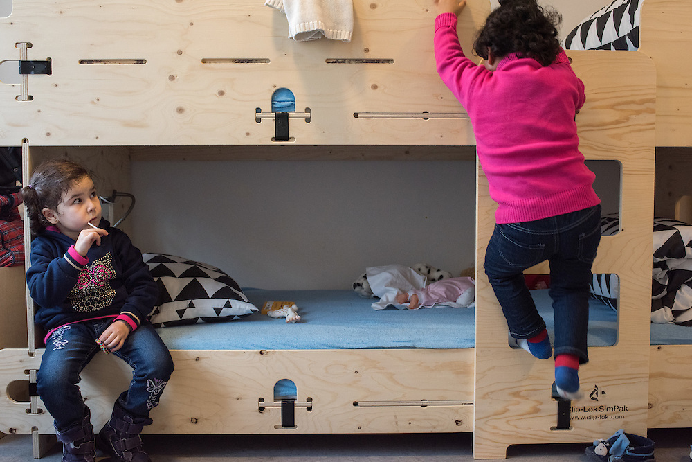February 2016, Asylcenter Dianalund, Denmark <br /> 4 year old Sham looks at her sister Bisan 3yo descending from the top bunkbed in their room