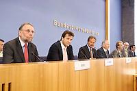 13 SEP 2005, BERLIN/GERMANY:<br /> Frank Stoehr, 1. Vors. Bund der Gewerkschaften d. oeffentlichen Dienstes  und des privaten Dienstleistungssektors, Dr. Thomas Boehle, Praesident Vereinigung der Kommunalen Arbeitgeberverbaende, Frank Bsirske, Vorsitzender ver.di, Otto Schily, SPD, Bundesinnenminister, Peter Ehrlich, BPK, Ulrich Thoene, Vorsitzender GEW, Konrad Freiberg, Vorsitzender Gewerkschaft der Polizei,  (v.L.n.R.), waehrend einer Pressekonferenz, nach der Unterzeichnung eines Tarifvertrages fuer den oeffentlichen Dienst, Bundespressekonferenz<br /> IMAGE: 20050913-01-006<br /> KEYWORDS: Traifrecht, Frank Stöhr, Thomas Böhle, Ulrich Thöne,