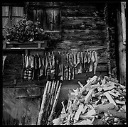 Alphütte, Holzstapel und frisch gewaschene Socken. Chaussettes en laine fraichement lavées séchent devant un chalet d'alpage. Wooden socks drying infront of a Swiss Chalet. Alp Wannelen bei Frutigen. Fromager d'alpage, chalet d'alpage. Wooden mountain house, Swiss Chalet. Chalet Suisse. Alp Wannelen bei Frutigen. Berner Oberland. © romano p. riedo | fotopunkt.ch