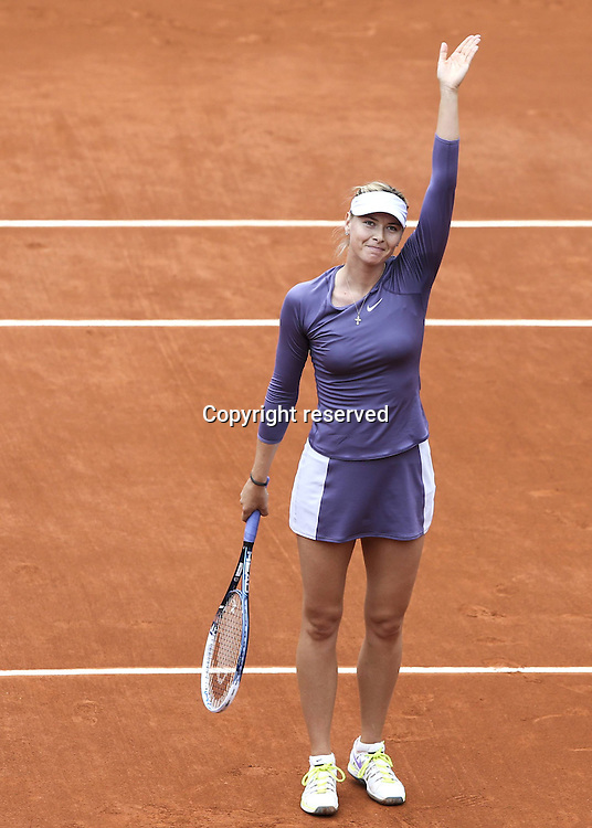 31.05.2013 Paris, France. ATP French Open 2013 Roland Garros. Maria Sharapova of Russia Waves to The crowd
