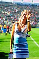 La mexicana Ines Sainz, presentadora de TV Azteca, deleito a los aficionados con su figura, en el estadio Rose Bowl, en Pasadena, California, hoy sabado 25 de junio de 2011. Fotos IL: Wilton CASTILLO