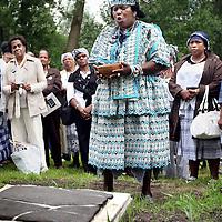 Nederland, Ouderkerk ad Amstel , 29 juni 2011..Herdenking bij het graf van de zwarte Joodse slaaf Elieser die in 1629 werd begraven op de Joodse Begraafplaats in Ouderkerk ad Amstel..Aan het woord is 1 van de sprekers mevrouw Nana Abrewa..Mevrouw Helouise Held (1948), meer bekend als Nana Abrewa, is geen onbekende in de Amsterdamse samenleving. Als kenner van de Afro-Surinaamse cultuur, geboren in Paramaribo en sinds 1972 woonachtig in Nederland, is zij actief in veel culturele organisaties. Momenteel is Nana Abrewa voorzitter van de vereniging Kopro Beki Prodo, die jaarlijks de Bigi Spikri optocht op 1 juli aanvoert. In 2007 is zij door radio RAZO verkozen tot vrouw van het jaar vanwege haar sociale betrokkenheid..Commemoration at the grave of black Jewish slave Elieser , buried in 1629 at the Jewish Cemetery at Ouderkerk ad Amstel.
