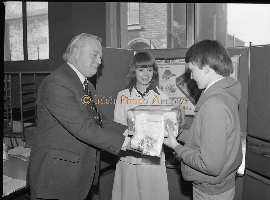 1980-03-07.7th March 1980.07/03/1980.03-07-80..Photographed at Maguire & Paterson, Dublin..Match:..Alan Buttanshaw, Managing Director of Maguire & Paterson hands a prize to Terence Ryan (14),  winner of a £15 prize, Marlton Road, Wicklow Town, while Ruth Buchanan, presenter of RTE's Poparama admires the prize..