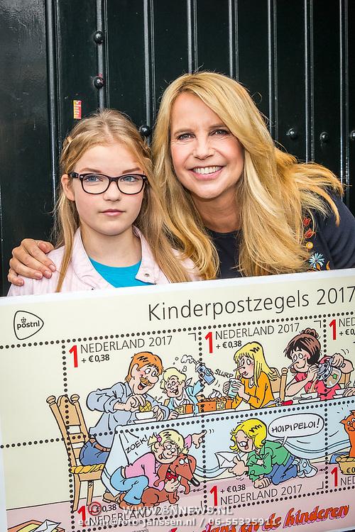 NLD/Naarden/20170926 - Overhandiging 1e kinderpostzegels aan Linda de Mol door Luca