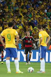 08.07.2014, Mineirao, Belo Horizonte, BRA, FIFA WM, Brasilien vs Deutschland, Halbfinale, im Bild Thomas Mueller (GER) scheint sich bei den brasilianischen Spielern zu entschuldigen nach seinem Tor zum 1:0. Links Fred (BRA) und rechts Oscar (BRA) // during Semi Final match between Brasil and Germany of the FIFA Worldcup Brazil 2014 at the Mineirao in Belo Horizonte, Brazil on 2014/07/08. EXPA Pictures © 2014, PhotoCredit: EXPA/ Eibner-Pressefoto/ Cezaro<br /> <br /> *****ATTENTION - OUT of GER*****