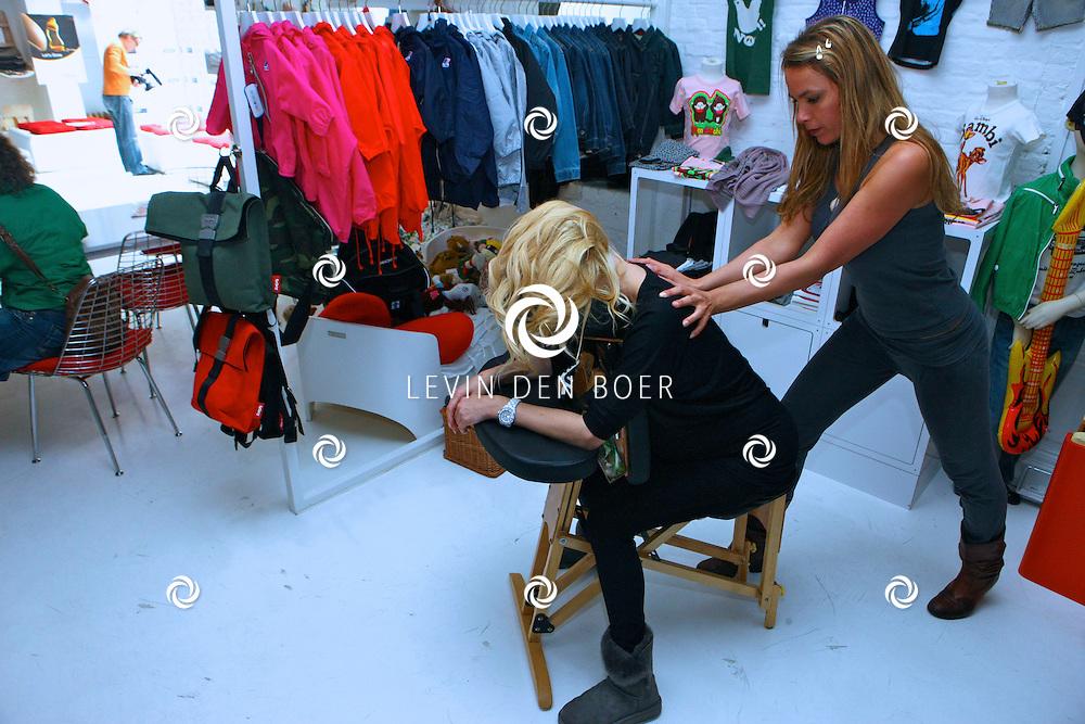 ANTWERPEN - In de kinderkledingwinkel Kayo aan de Museumstraat was een Difrax Mom's Moment georganiseerd. Tanja Dexters onderging hier een heerlijke massage. FOTO LEVIN DEN BOER - PERSFOTO.NU