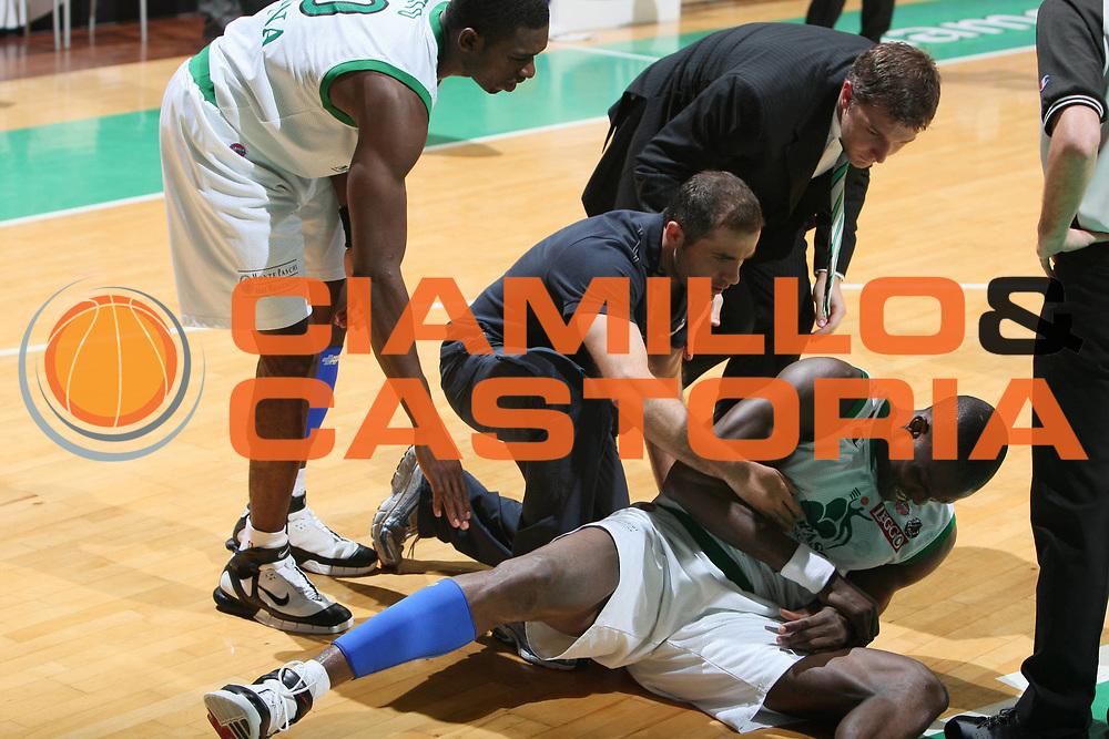 DESCRIZIONE : Siena Lega A1 2007-08 Playoff Finale Gara 2 Montepaschi Siena Lottomatica Virtus Roma <br />GIOCATORE : Benjamin Eze<br />SQUADRA : Montepaschi Siena<br />EVENTO : Campionato Lega A1 2007-2008 <br />GARA : Montepaschi Siena Lottomatica Virtus Roma <br />DATA : 05/06/2008 <br />CATEGORIA : Infortunio<br />SPORT : Pallacanestro <br />AUTORE : Agenzia Ciamillo-Castoria/G.Ciamillo