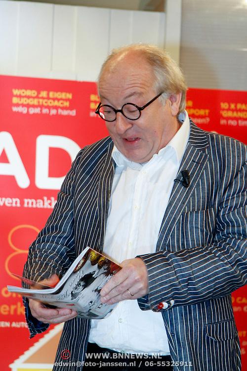 NLD/Hilversum/20111117 - Lancering magazine Radar+,  Youp van 't Hek bekijkt het eerste magazine