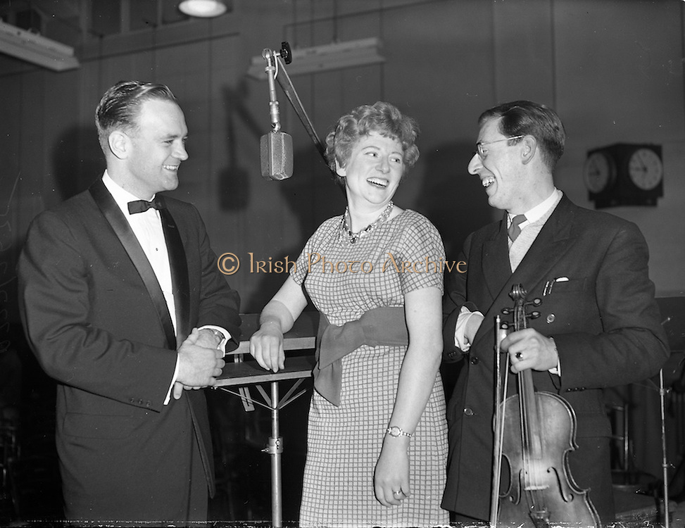 16/03/1960<br /> 03/16/1960<br /> 16 March 1960<br /> Radio Show for America in a association with Schaefer Beer, at Phoenix Hall Dublin.<br /> (l-r): Rudie Schaefer III, Sheila Ward and traditional fiddler Sean Maguire.