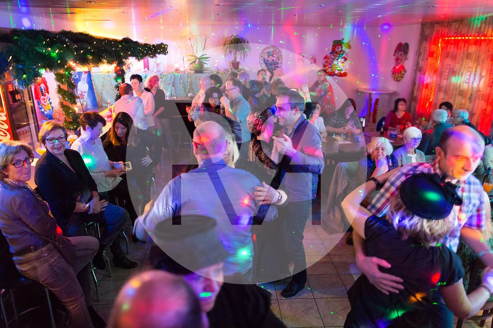 SCHWEIZ - MEISTERSCHWANDEN - Meitlitage 2018, hier wird im Restaurant Löwen zu Livemusik getanzt - 11. Januar 2018 © Raphael Hünerfauth - http://huenerfauth.ch