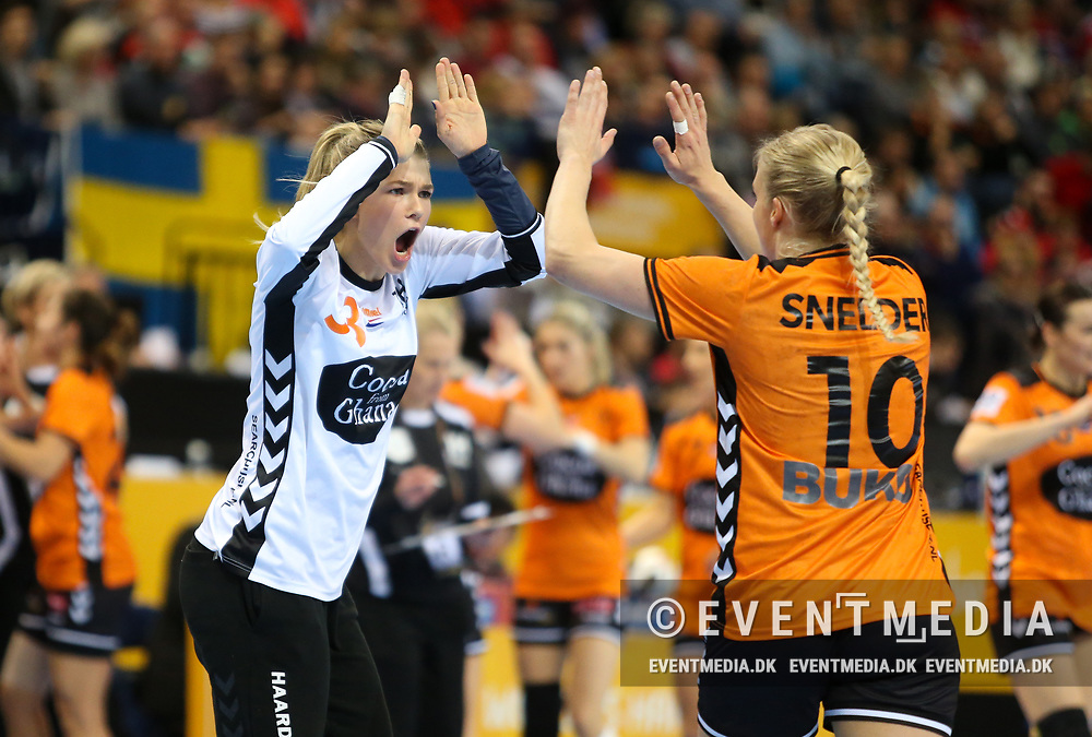 Tess Wester (#33, Netherlands) and Danick Snelder (#10, Netherlands). Bronze medal match between Sweden and Netherlands at the 2017 IHF Women's World Championship in Barclaycard Arena, Hamburg, Germany, 17.12.2017. Photo Credit: Allan Jensen/EVENTMEDIA.