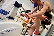 Julian is bezig met de VO2max meting om het zogenaamde omslagpunt te bepalen. Bij de VU in Amsterdam worden testen gedaan met potentiele renners voor de VeloX VI. In september wil het Human Power Team Delft en Amsterdam, dat bestaat uit studenten van de TU Delft en de VU Amsterdam, tijdens de World Human Powered Speed Challenge in Nevada een poging doen het wereldrecord snelfietsen te verbreken. Het record is met 139,45 km/h sinds 2015 in handen van de Canadees Todd Reichert.<br /> <br /> With the special recumbent bike the Human Power Team Delft and Amsterdam, consisting of students of the TU Delft and the VU Amsterdam, also wants to set a new world record cycling in September at the World Human Powered Speed Challenge in Nevada. The current speed record is 139,45 km/h, set in 2015 by Todd Reichert.