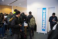 DEU, Deutschland, Germany, Berlin, 14.11.2017: Stand der Initiative Joblinge, Jobbörse für geflüchtete Menschen, Ausbildungsmesse vocatiumplus der UVB im Haus der Wirtschaft. Arbeitssuchende Flüchtlinge informieren sich bei Arbeitgebern über Berufsbilder und Ausbildungen.