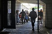 Nederland, Nijmegen, 23-9-2017 Open dag in het AZC in het centrum van de stad bij het centraal station, asielzoekerscentrum in het voormalige belastinggebouw . Dit voormalig overheidskantoor is door het COA in gebruik als opvang voor asielzoekers met verblijfsstatus, vergunninghouders. Het ligt tegenover het politiebureau, poppodium Doornroosje en naast de Nimbus woontoren. Er verblijven 300 asielzoekers die er bed bad en brood krijgen. Er zijn kamers met vier bedden, kookgelegenheid, wasgelegenheid en douches. Er is een grote gezamelijke recreatieruimte waar ruimtes aan grenzen voor het geven van o.a. inburgeringscursussen en kinderopvang. Het COA en vluchtelingenopvang houden er kantoor en er is een medische post. FOTO: FLIP FRANSSEN