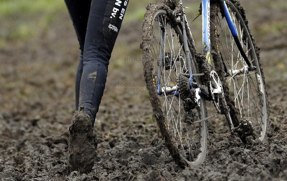06-01-2007 WIELRENNEN: NK VELDRIJDEN VROUWEN: WOERDEN<br /> Fiets in de modder item veldrijden wielrennen creative<br /> &copy;2007-WWW.FOTOHOOGENDOORN.NL