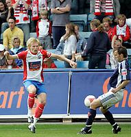 Fotball , 5. juni 2006, Tippeligaen Eliteserien , FC Lyn Oslo - Viking FK , Tomasz Sokolowski blir blokkert av Trygve Nygaard Foto: Kasper Wikestad