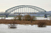 Nederland, Arnhem, 2-1-2013Een trein van de NS rijdt op de spoorbrug over de Nederrijn tijdens hoogwater.Foto: Flip Franssen/Hollandse Hoogte
