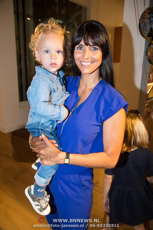 NLD/Amsterdam/20160529 , Boekpresentatie Het Groot Nederlands Knuffelboek van Gallyon van Vessem, Sandra Schuurhof met zoontje James Luuk