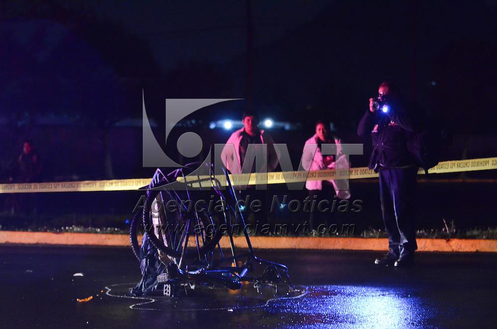Toluca, México (Noviembre 07, 2016).-  Un hombre a bordo de su triciclo fue atropellado y murió sobre el km 4.5 de la carretera Toluca-Atlacomulco, elementos del La Policia Municipal y Cesc acordonaron la zona. Agencia MVT / Arturo Hernández.