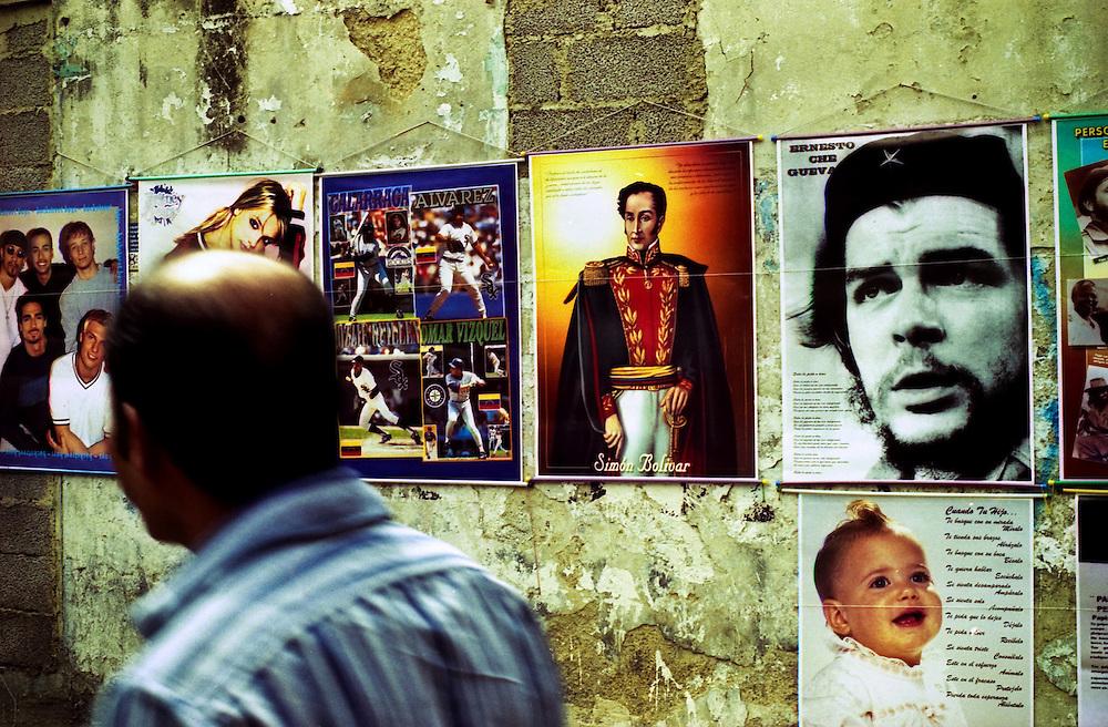 Venta de afiche del Libertador Simon Bolivar, Caracas - Venezuela.Photography by Aaron Sosa.Venezuela 2006.(Copyright © Aaron Sosa)