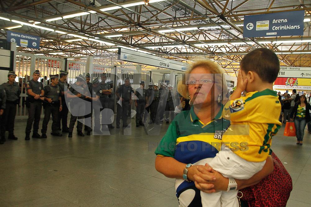 SAO PAULO, SP, 12/06/2014 -  Policiais Militares fecham entra da estação de Metrô Tatuapé para impedir acesso dos manifestantes na região leste que são contra a Copa do Mundo que terá abertura realizada nesta quinta-feria (12) em  Sao Paulo Foto: Amauri Nehn/Brazil Photo Press).