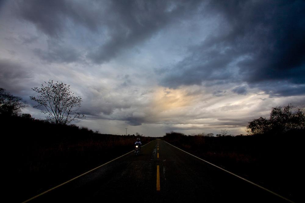 Itinga_MG, Brasil...Rodovia BR 367 em Itinga, Minas Gerais...The highway BR 367 in Itinga, Minas Gerais...Foto: LEO DRUMOND / NITRO