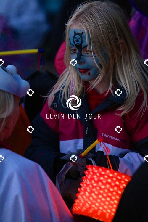 HEEREWAARDEN - Vanaf Sportpark De Buke is de start van de Halloweentocht die georganiseerd is door Vereniging Jong Heerewaarden. Met op de foto de jonge deelnemers. FOTO LEVIN DEN BOER - PERSFOTO.NU