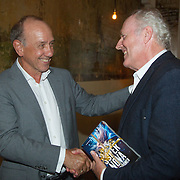 NLD/Amsterdam/20150831- Boekpresentatie Super Nova geschreven door Peter Romer, Peter Romer overhandigt het eerste exemplaar aan Peter Tuinman