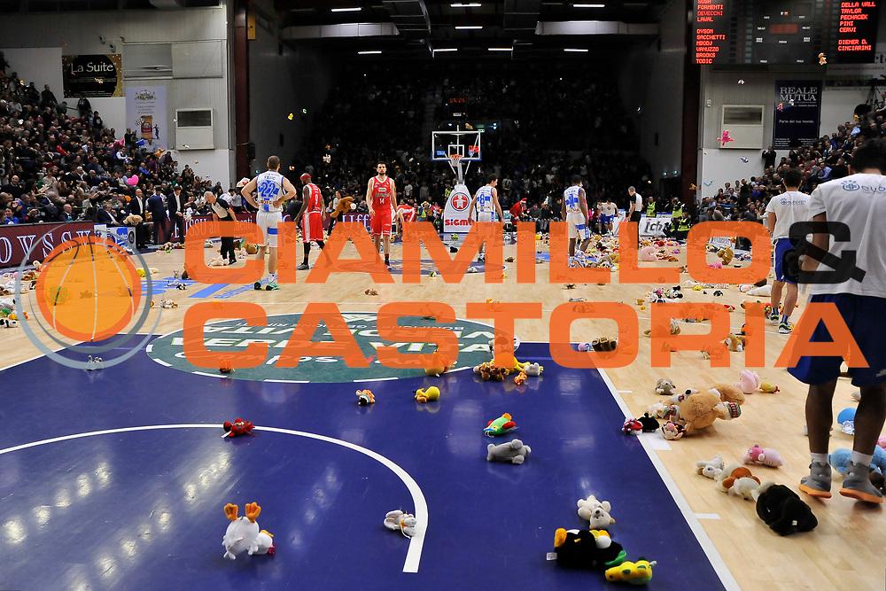 DESCRIZIONE : Campionato 2014/15 Dinamo Banco di Sardegna Sassari - Grissin Bon Reggio Emilia<br /> GIOCATORE : Teddy Bear Toss<br /> CATEGORIA : Curiosit&agrave;<br /> SQUADRA : Dinamo Banco di Sardegna Sassari<br /> EVENTO : LegaBasket Serie A Beko 2014/2015<br /> GARA : Dinamo Banco di Sardegna Sassari - Grissin Bon Reggio Emilia<br /> DATA : 22/12/2014<br /> SPORT : Pallacanestro <br /> AUTORE : Agenzia Ciamillo-Castoria / Claudio Atzori<br /> Galleria : LegaBasket Serie A Beko 2014/2015<br /> Fotonotizia : Campionato 2014/15 Dinamo Banco di Sardegna Sassari - Grissin Bon Reggio Emilia<br /> Predefinita :