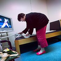 Nederland, Amsterdam , 11 januari 2012..Freya lanceert vrijdag haar monitor over fertiliteitszorg in Nederland. Daar komt het VUMC goed uit. .Op de foto brengt een medewerkster van het IVF centrum binnen VUmc 1 van de zg productiekamers op orde..Foto:Jean-Pierre Jans