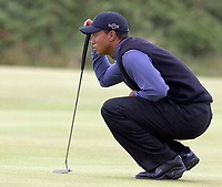 2005 Open Championship, St. Andrews.<br /> Thursday July 14th. 2005.<br /> Tiger Woods liners up birdie putt  on the 13th today, on his way to a 6 under par 66<br /> Foto: Digitalsport<br /> Norway only