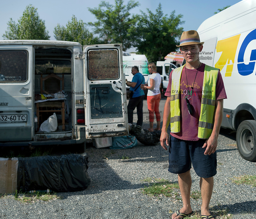 Ragazzo Ucraino lavora come volontario nel mercato ucraino di Ponte Mammolo a Roma.<br /> <br /> Ukrainian boy working as a volunteer in the Ukrainian market of Ponte Mammolo in Roma .